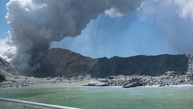 Gunung Merapi yang meletus di White Island, Selandia Baru