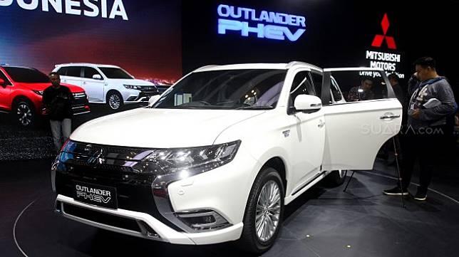 Mobil Mistubishi Outlander PHEV dipajang dalam Gaikindo Indonesia International Auto Show (GIIAS) 2019 di ICE BSD, Tangerang, Banten, Kamis (18/7). [Suara.com/Arief Hermawan P]