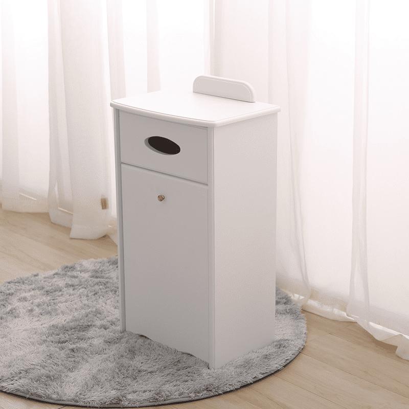 實木面紙收納櫃垃圾桶,質感衛生紙收納、隱藏式垃圾桶,節省空間、自成一體,不用擔心垃圾桶與衛生紙破壞設計感,讓空間瞬間清爽明亮!現有胡桃色與白色兩色可選,一起打造舒適的家居空間!