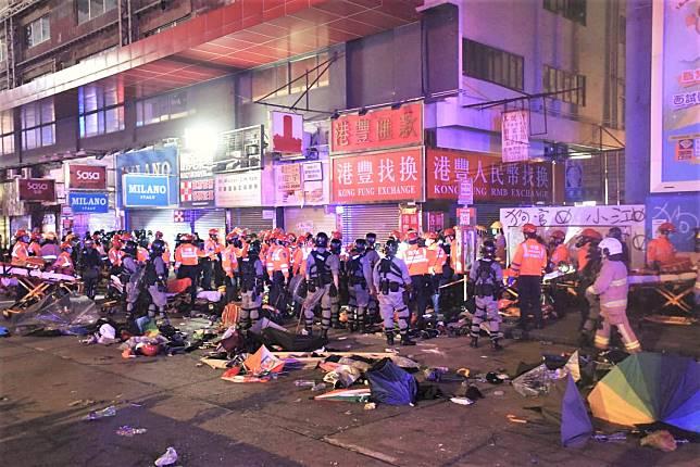 警方在碧街拘捕逾30人。