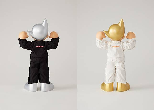 連身服背面亦分別印上銀色及金色「AMBUSH」字樣點綴。(互聯網)