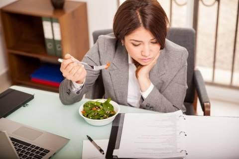 Studi Cewek Lebih Gampang Gemuk Akibat Stres Kerja