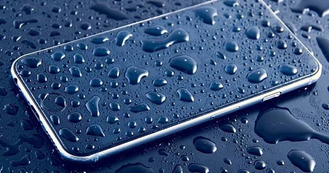 超神奇!手機掉進日月潭「潛水」找回 一看大驚:還在待機
