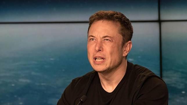 Elon Musk saat konferensi pers peluncuran Falcon Heavy. Dia kayaknya bengong ketika tahu beberapa youtuber sukses mengungkap plot kejahatannya di Planet Mars. Hmm... Foto oleh Daniel Oberhaus/Motherboard