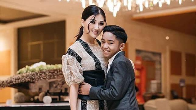 Sarwendah berpose dengan putra angkatnya, Betrand Peto Putra Onsu dalam foto yang diunggah pada 23 Oktober 2019 lalu. Istri presenter Ruben Onsu ini kerap berbagi momen kompak bersama putra sulungnya. Instagram/@Sarwendah29