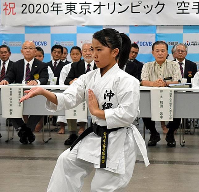 慶祝空手道正式列入2020年東京奧運項目當日,來自沖繩的年輕選手田場琳奈,即場作武術表演。(互聯網)