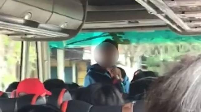 Viral tour leader yang ribut dengan penumpang bus. (Facebook)