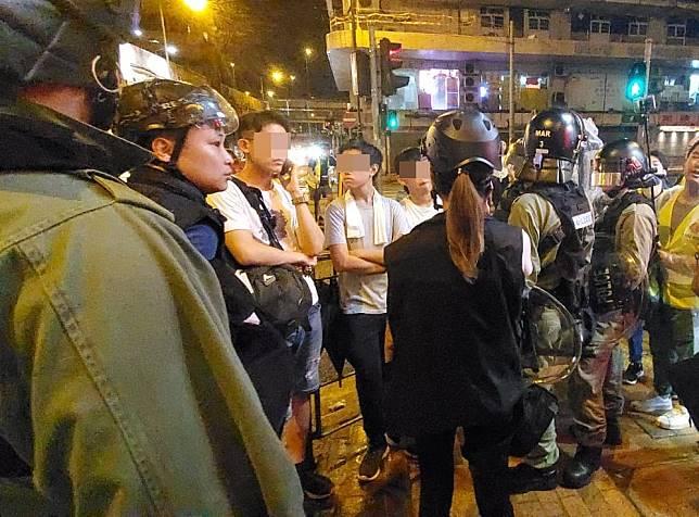 警員在西邊街截查3名青年。