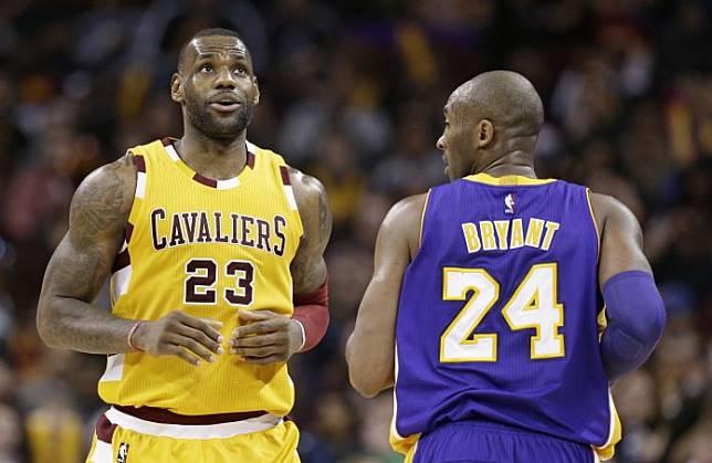 LeBron James和Kobe Bryant在場上對決。(圖/美聯社/達志影像)
