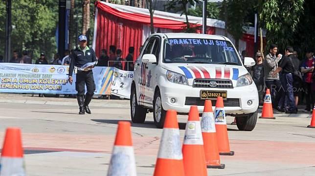 Ujian praktik pembuatan Surat Izin Mengemudi (SIM) A umum secara kolektif bagi pengemudi taksi online dan taksi reguler di komplek stadion GBK, Senayan, Jakarta, Minggu (25/2/2018). [Suara.com/Kurniawan Mas'ud].