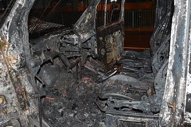 警車燒至嚴重變形。港大學苑圖片