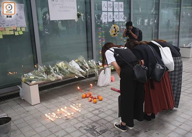 市民擺放鮮花、燃點元寶蠟燭,並鞠躬致意。(李華輝攝)