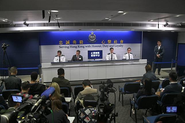 警方指警員離境時,一時疏忽忘記取下伸縮警棍。