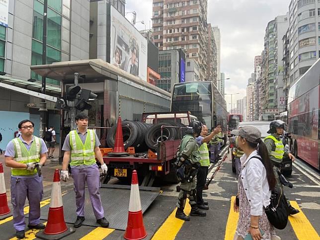 九巴工程人員運來巴士車軚。