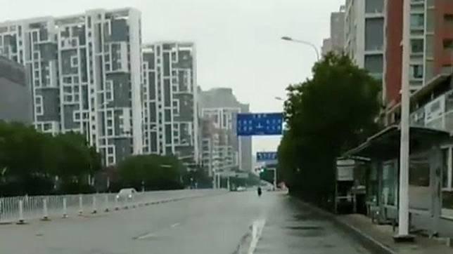 Suasana jalanan kota Wuhan setelah semakin menyebarnya virus corona di Provinsi Hubei, Cina, 26 Januari 2020. Pemerintah setempat mengimbau warga Wuhan untuk tidak keluar dari rumah. obtained via Reuters