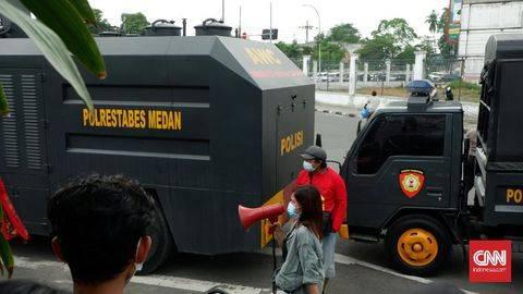 Polisi menangkap para mahasiswa karena dinilai mengganggu ketertiban umum dengan menutup jalan, serta mendapati mereka membawa bahan bakar minyak (BBM). Foto: (UNIKOLOGI.COMIndonesia/Farida)