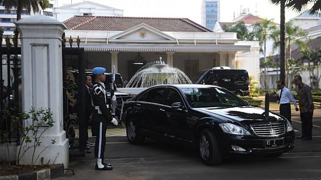 Mobil berplat nomor RI 2 yang membawa Wakil Presiden Jusuf Kalla meninggalkan Kompleks Istana Wakil Presiden di Jakarta, Sabtu (19/10). [ANTARA FOTO/Akbar Nugroho Gumay]