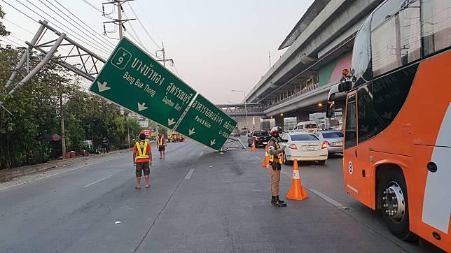 นนทบุรี รถบรรทุก ชนป้ายบอกทาง ถนนกาญจนาภิเษก เป็นอัมพาต