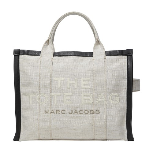 This small travel bag, signed by Marc Jacobs, is the essential accessory for modern women. Embellish
