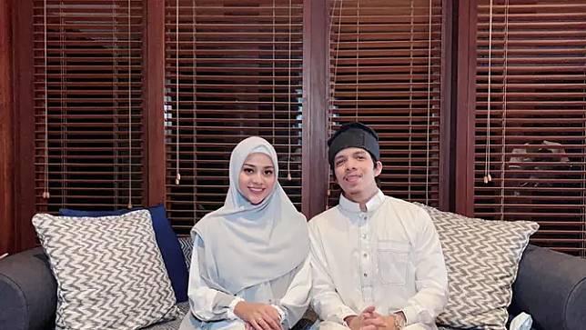 Kompaknya Atta dan Aurel berbusana muslim, suami istri idaman. (Sumber: Instagram/@aurelie.hermansyah)