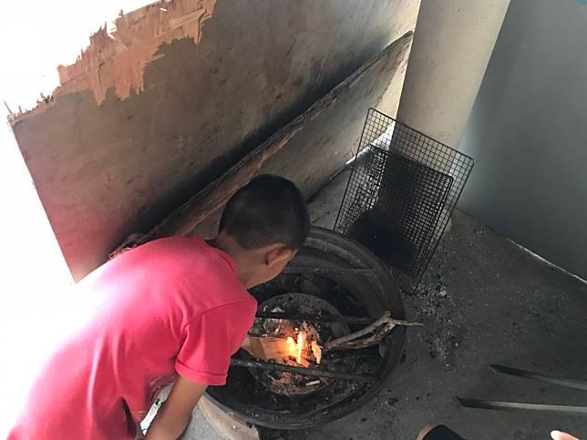 20200114寒冬睡覺蓋薄被 8歲男童靠燒柴取暖 新聞照 圖一