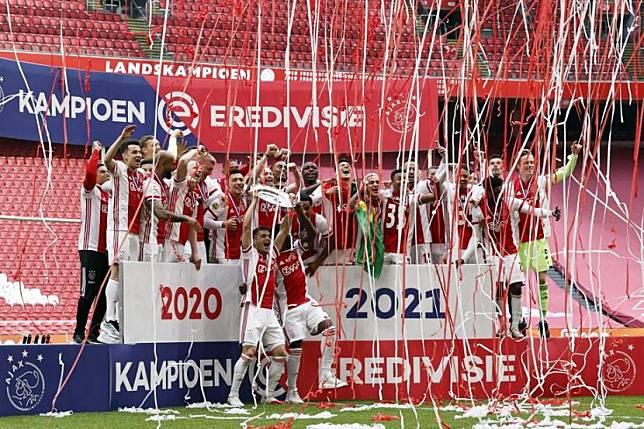 Ajax merayakan gelar juara Liga Belanda (Eredivisie) musim 2020/2021 di Amsterdam Arena, Ahad (2/5).