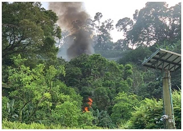 嘉道理農場山邊有直升機墜毀,現場冒出黑煙。(讀者提供)