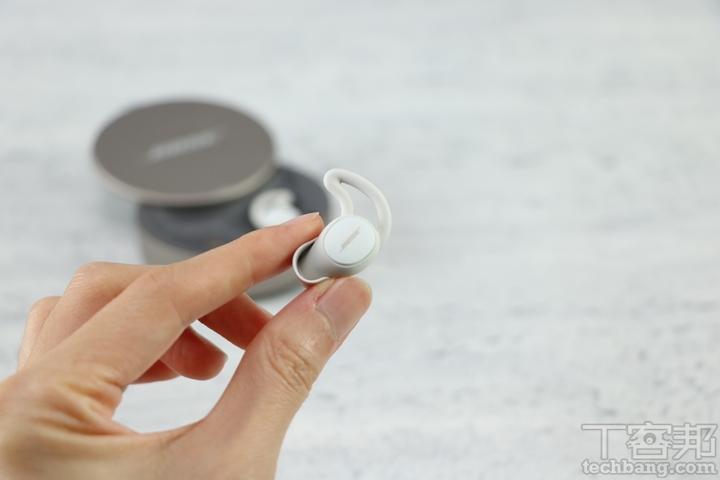 Bose 表示新一代銷造耳塞套使用了更柔軟舒適的材料,使得耳道密閉效果再上一層。▲ 除了出廠時已經預先安裝在耳機上的 2 號耳塞外,亦隨盒提供 1 號最小尺寸與 3 號最大尺寸的耳塞選擇。