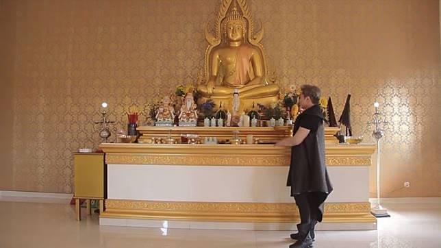 Ruang berdoa di dalam rumah Roy Kiyoshi