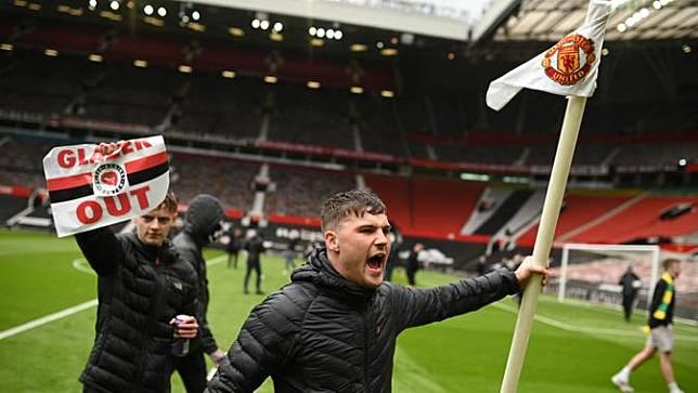 Suporter melakukan aksi unjuk rasa memprotes pemilik yakni keluarga Glazer di dalam stadion Old Trafford 2 Mei 2021, menjelang pertandingan Liga Premier Inggris melawan Liverpool. (Foto: AFP/Oli Scarff)