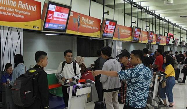 Sejumlah penumpang pesawat melakukan lapor diri di konter chek in Terminal 1 B Bandara Soekarno Hatta, Tangerang, Banten, Minggu, 26 Mei 2019. Memasuki H -9 Idul Fitri 1440 H banyak masyarakat yang pulang mudik lebih awal untuk menghindari harga tiket yang semakin mahal jika mendekati Lebaran. ANTARA