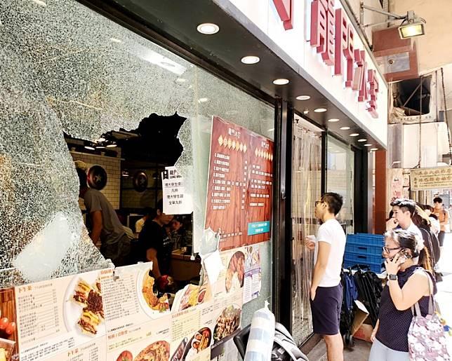 龍門冰室雖然遭多人大肆破壞扑爆玻璃櫥窗但今早人流不絕大排長龍。
