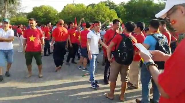 Video: Cổ động viên Việt Nam hâm nóng sân Thuwanna trước giờ bóng lăn