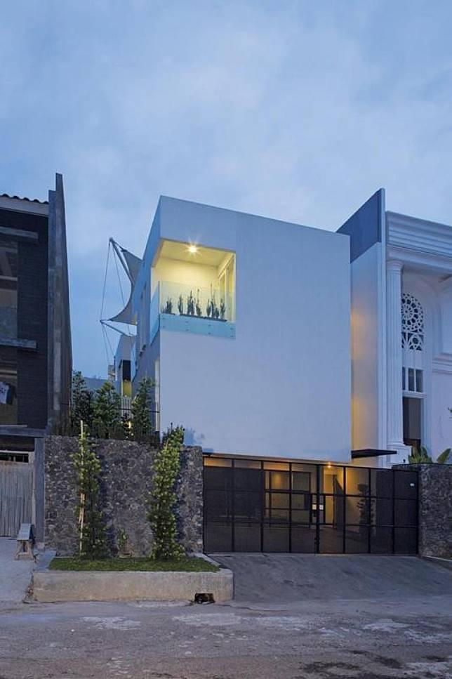 White Box House: Rumah Minimalis di Taman Kebon Jeruk, Jakarta