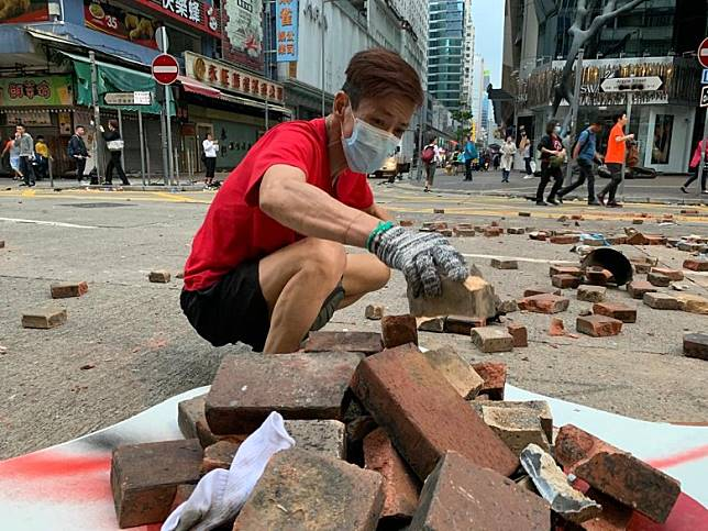 幫手清理的東哥表示「唔忍心香港搞成咁。」(陳嘉順攝)