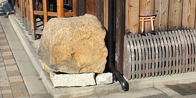 這些其實是「壞心眼石」,當汽車駛過時,看見大石或柱子,自然會避開屋子。(互聯網)