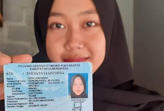 Dita Leni Ravia menunjukan KTP miliknya. (Foto: Inews.id/Kismaya Wibowo)