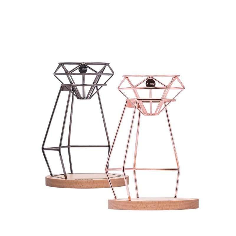 產品特色 雋永的鑽石造型,經典迷人 榮獲2019金點設計獎 首創無底座濾杯 縷空架構,不易堵塞 完美萃取 拉長咖啡與空氣的接觸時間 口味更甘甜 是咖啡手沖架,也是冰滴咖啡架 支架與底座可分離 收納更方