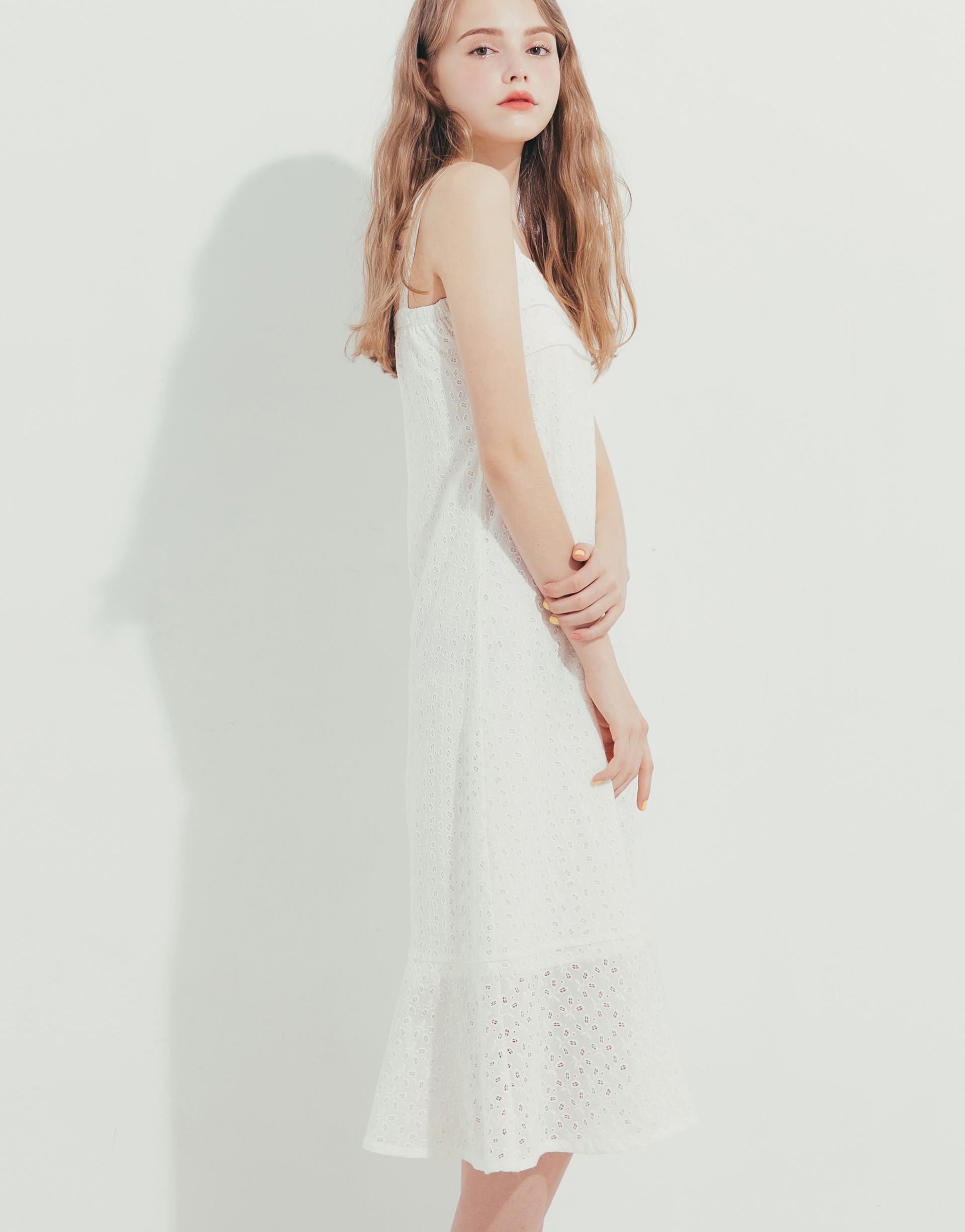 PAZZO+胸前壓摺寬肩帶簍空織花洋裝