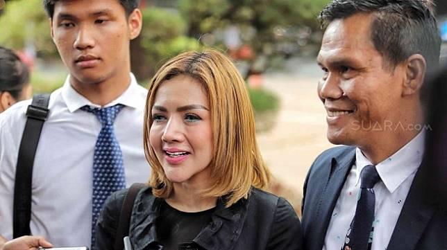 Barbie Kumalasari bersama tim kuasa hukumnya mendatangi Polda Metro Jaya, Kamis (11/7). [Suara.com/Muhaimin A Untung]