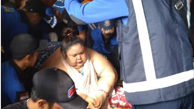 Warga Antusias Saksikan Evakuasi Wanita Pemilik Berat 350 Kilogram