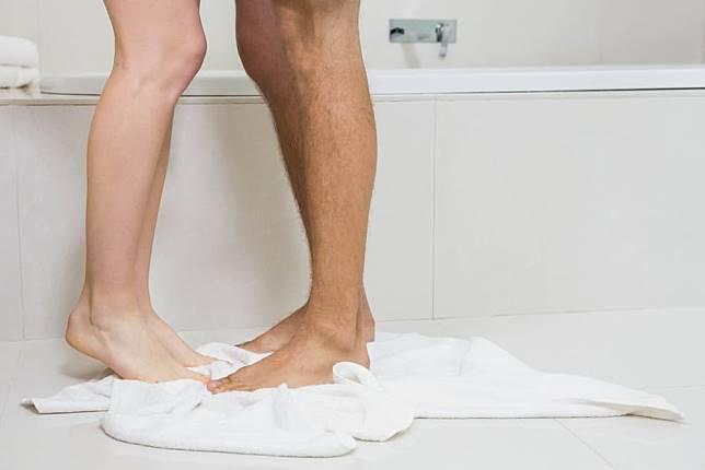 5 Tips Nikmat Bercinta di Bawah Shower Kamar Mandi