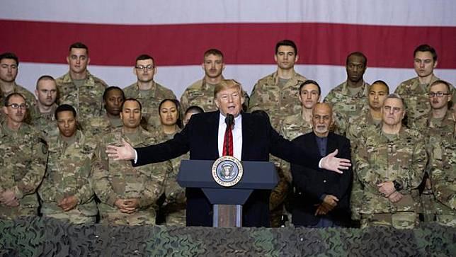 Presiden Amerika Serikat Donald Trump (tengah) didampingi Presiden Afghanistan Ashraf Ghani berbicara kepada anggota militer saat mengunjungi Pangkalan Udara Bagram, Afghanistan, Kamis (28/11/2019). (AP Photo/Alex Brandon)