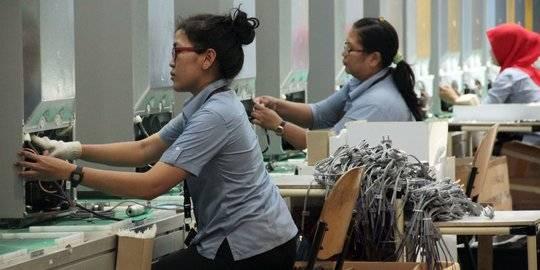 buruh wanita di pabrik sharp karawang. ©2014 merdeka.com/muhammad lutfhi rahman