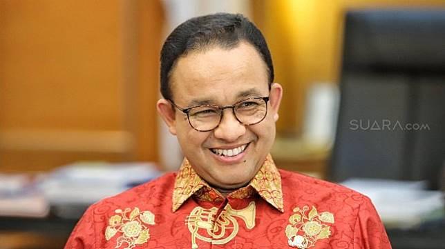 Gubernur DKI jakarta Anies Baswedan berpose di ruang kerjanya di Balai Kota, Jakarta, Kamis (5/7).[Suara.com/Muhaimin A Untung]