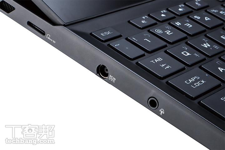 左方 I/O 配置擁有一個 microSD 讀卡機、電源接孔,以及先進的 3.5mm 耳機、麥克風複合孔。