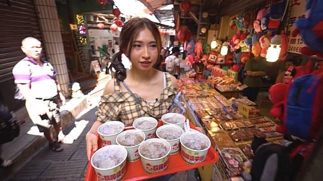 蔡寶欣負責為眾人買甜品,不過當聽到攝製隊嗌「3、2、1」後,竟企喺度唔郁!