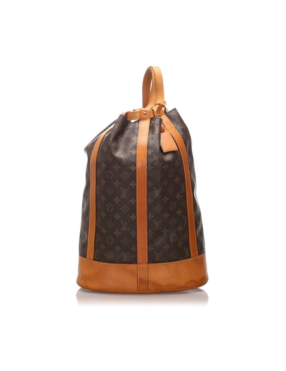 Randonnee的特點是會標帆布主體,帶有皮革飾邊,一條平皮帶,一個頂部抽繩封口和一個內部拉鍊袋。 型號:M42244 貨號:A11903 測量: 長度:33cm 寬:48cm 深度:18cm 原產