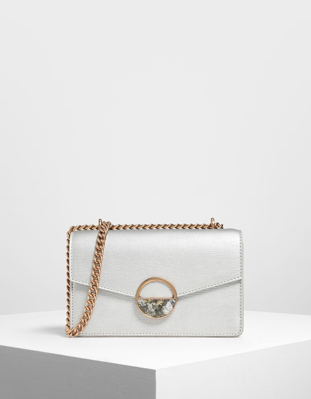 銀色在暖色扣環及鍊條的相襯下更顯出一分俐落感,讓人輕輕鬆鬆打造出簡單又高調的造型。