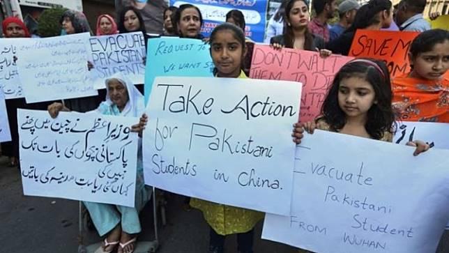 ครอบครัวนักศึกษาปากีสถานเรียกร้องให้รัฐบาลนำบุตรหลานออกจากเมืองอู่ฮั่น
